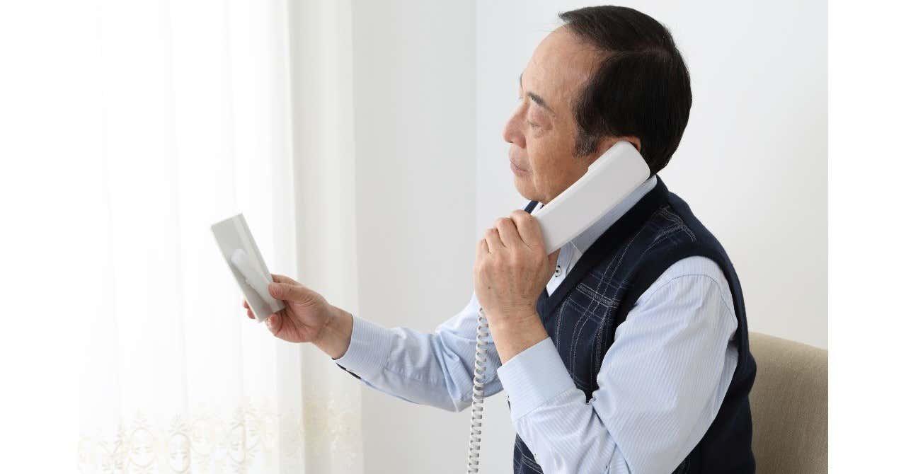 pixta_25921485_XL_電話をするシニア男性_手に通帳_