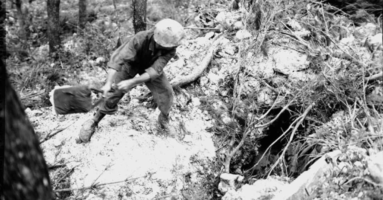 【沖縄戦:1945年6月15日】「沖縄戦は峠を越した」─バックナー司令官の観測 「敵側『スパイ』ト見做シ銃殺ス」─久米島の海軍部隊が住民に布告
