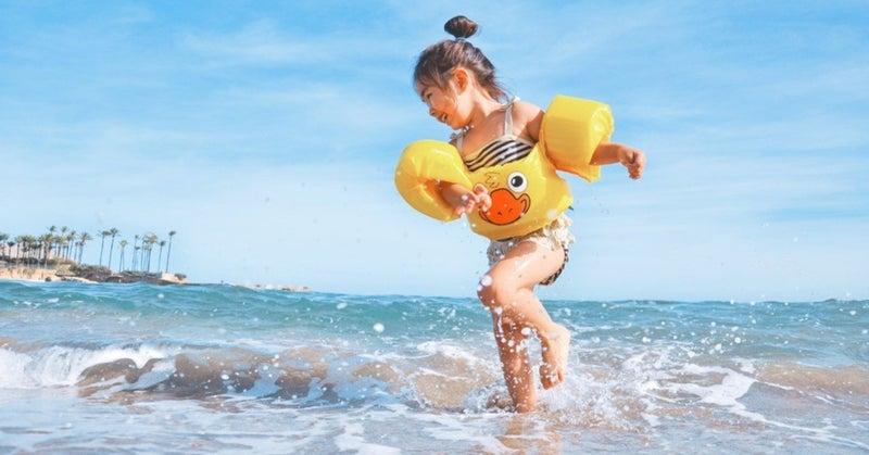 海ではしゃぐ女の子