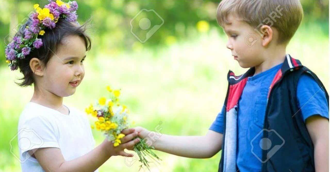 82987958-美しい男の子と女の子に公園_少年少女に花をあげる