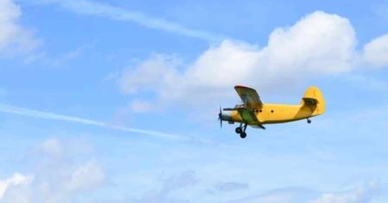 10270694-複葉機の飛行
