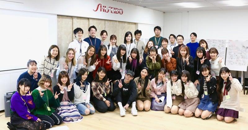 記念撮影をする女子高生とよしミチさん_資生堂研究員たち__1_