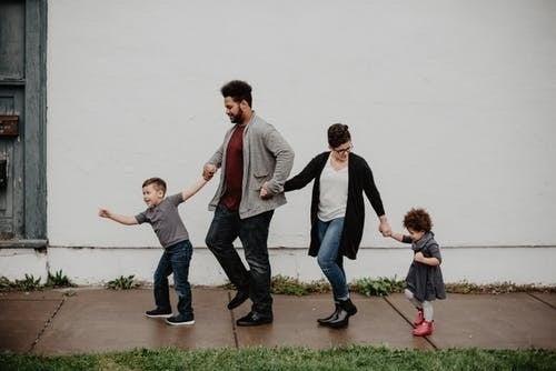 4人家族手つなぎ