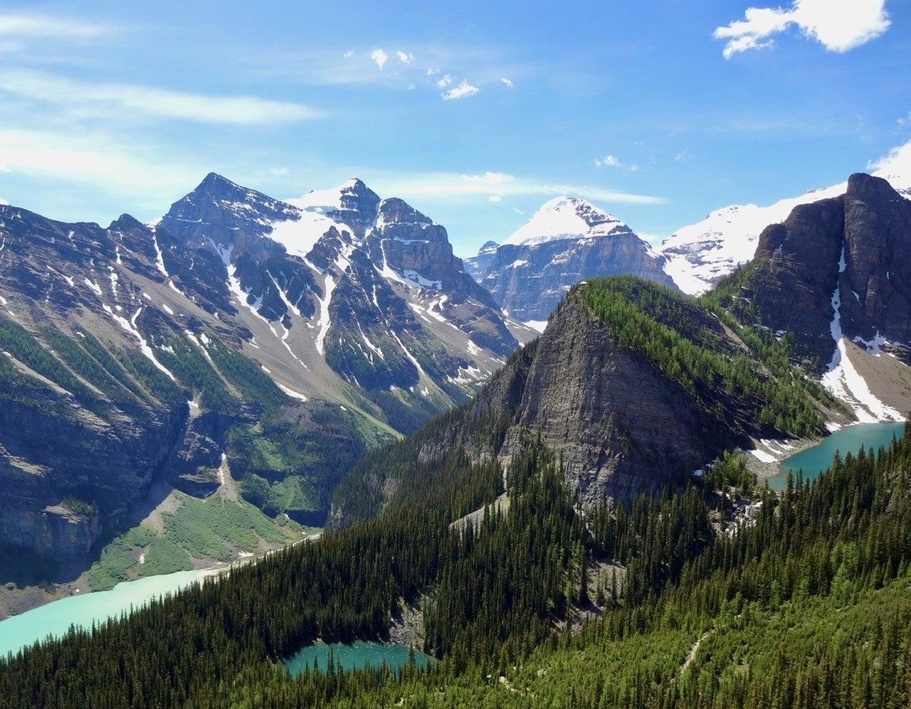 カナダ・ロッキー山脈の氷河湖の謎。青き湖の秘密を1分で解説![1枚 ...