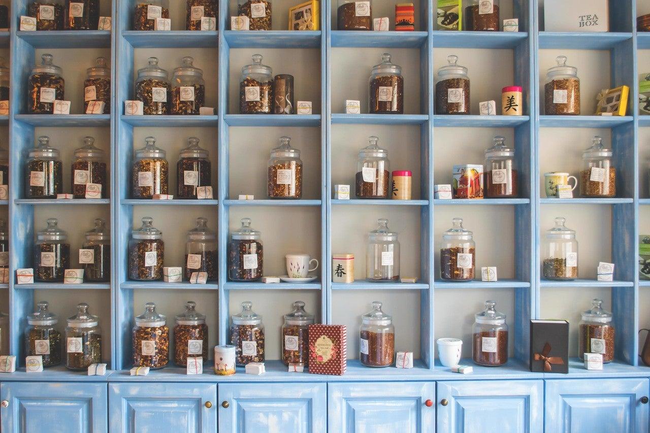 瓶がたくさんの棚