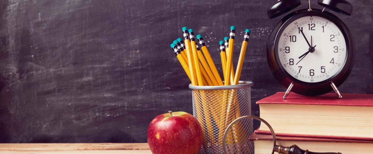 鉛筆と時計とリンゴ