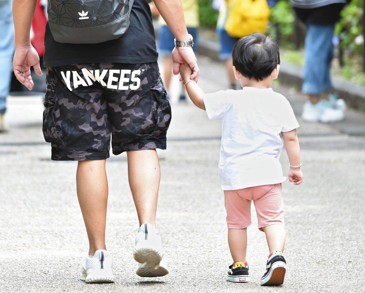 手をつないで歩く父と子=都内で(本文とは関係ありません)