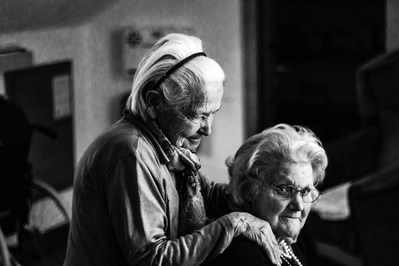 高齢の女性2人