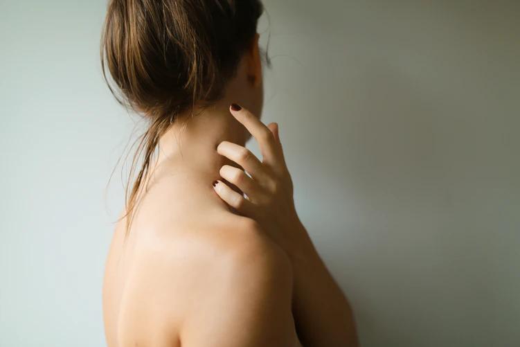 女性の肩首