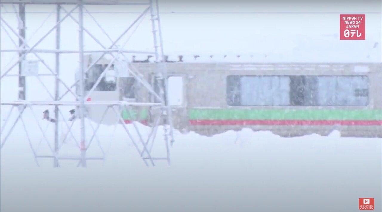 北海道で電車が雪で立ち往生