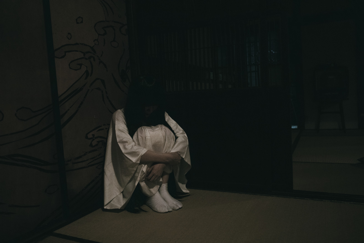 暗い 部屋 女性