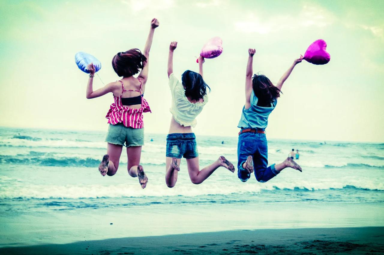 ジャンプする女子