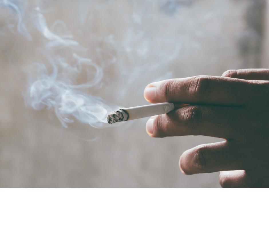 タバコを吸う手の写真