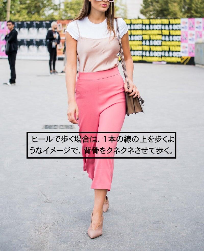 女性 モデル ハイヒール 歩き方
