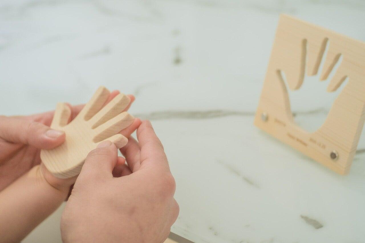 """「こんなに大きくなったんだね。」子どもの成長を木製手型で残す""""天使の手型"""""""