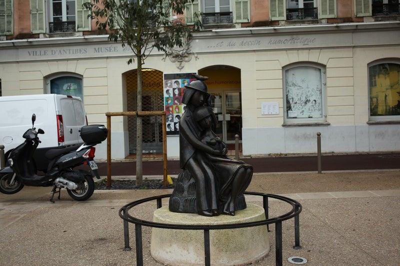 アンチーブペイネ美術館と恋人達の像