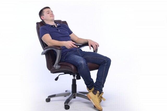 座り方 椅子 男